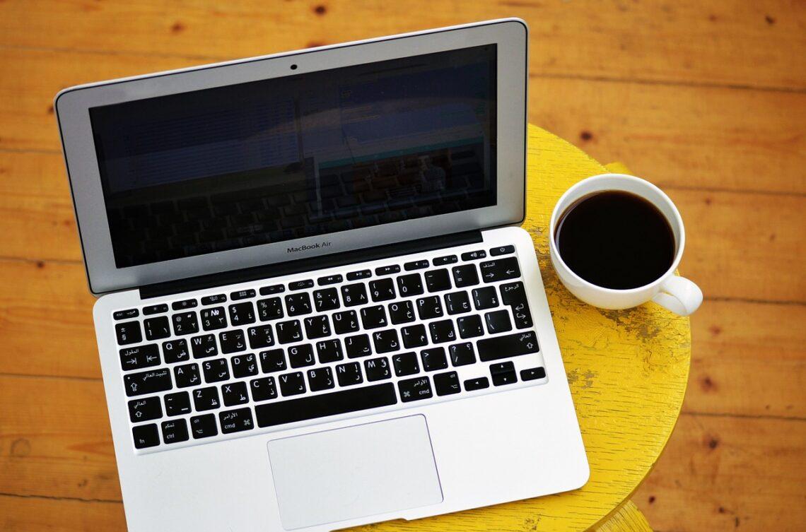 Empreendimento Digital, laptop e café